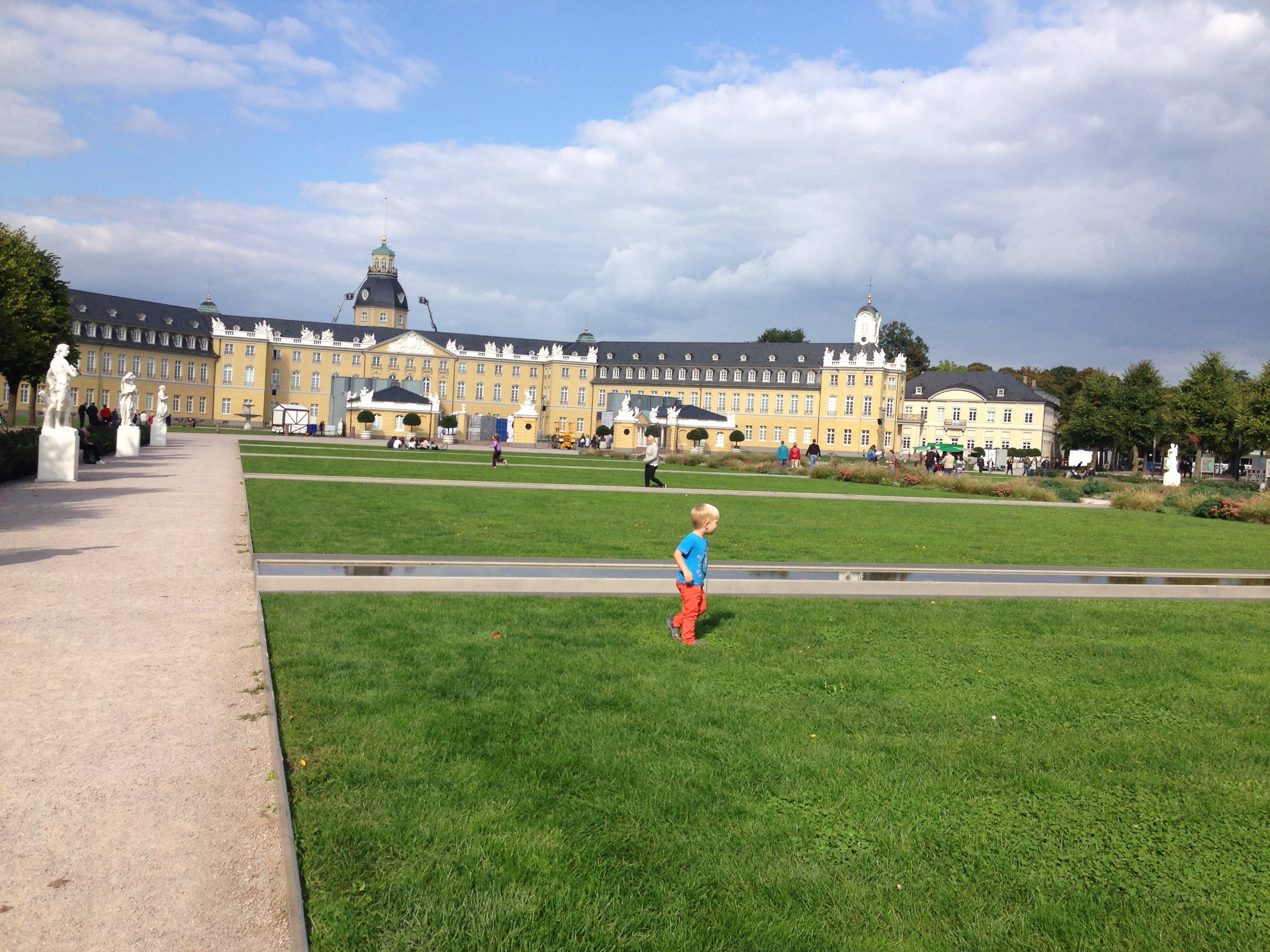 james running in front of karlsruhe palace